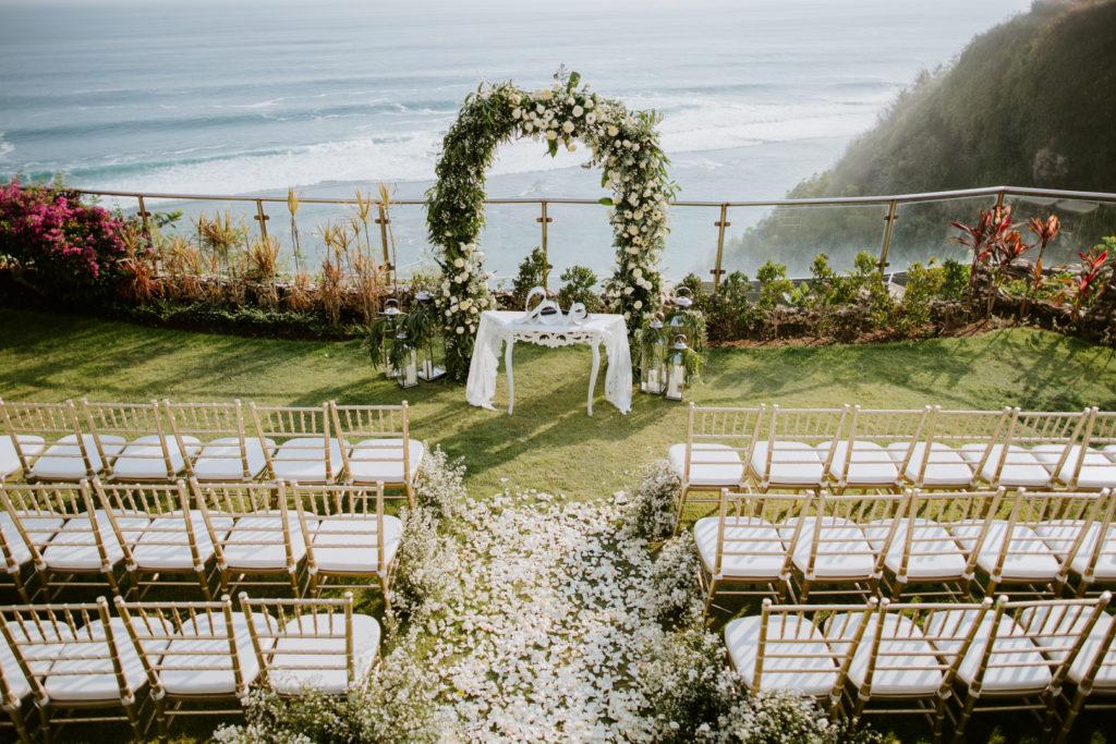 Arche de fleurs avant la ceremonie