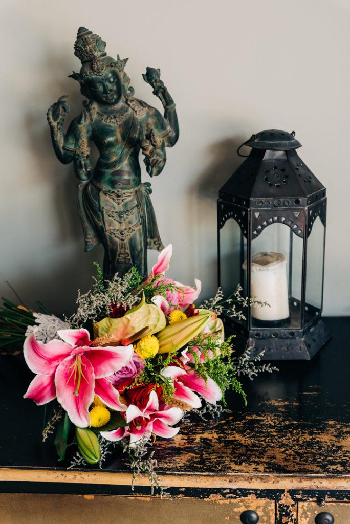 Bouquet de mariee sur un meuble balinais