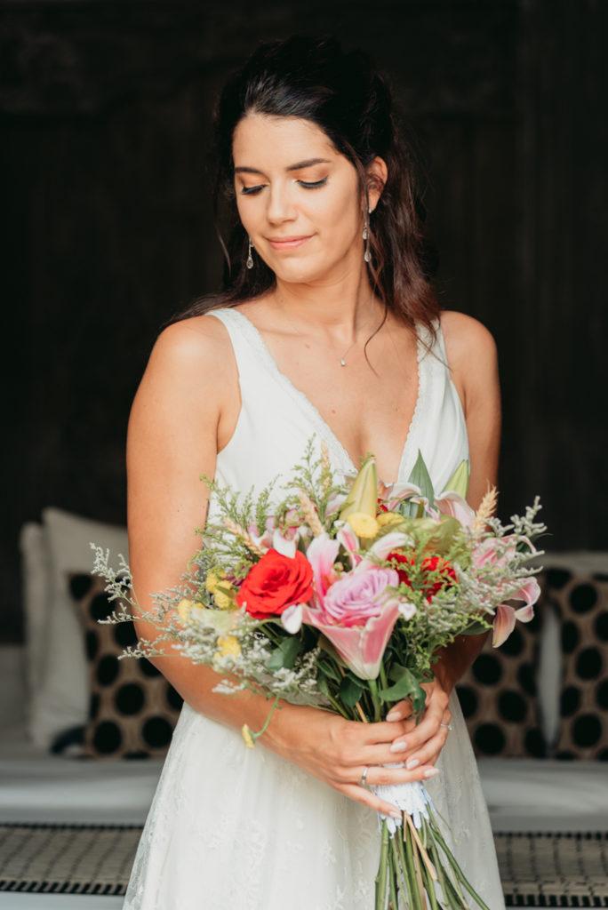 Photo de la mariee avec son bouquet apres maquillage et coiffure