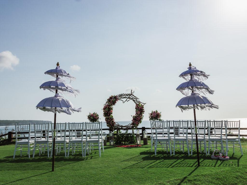 Installation arche et chaises mariage sur falaise a Bali