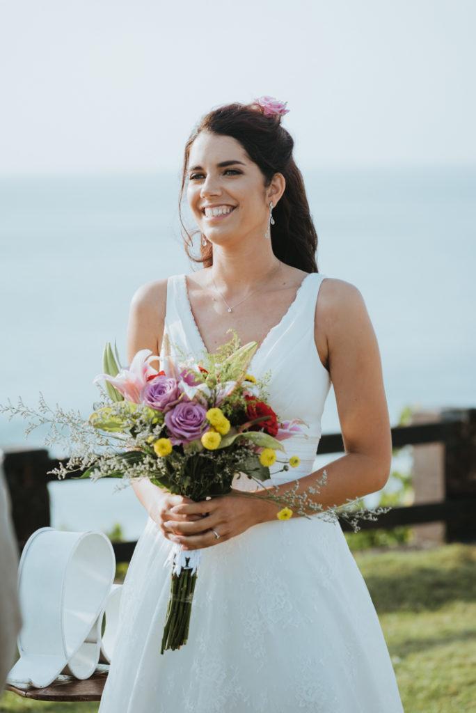 La mariee et son bouquet sur les falaises de Bali