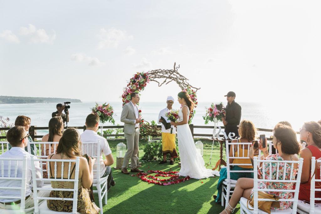 Ceremonie de mariage sur falaise a Bali