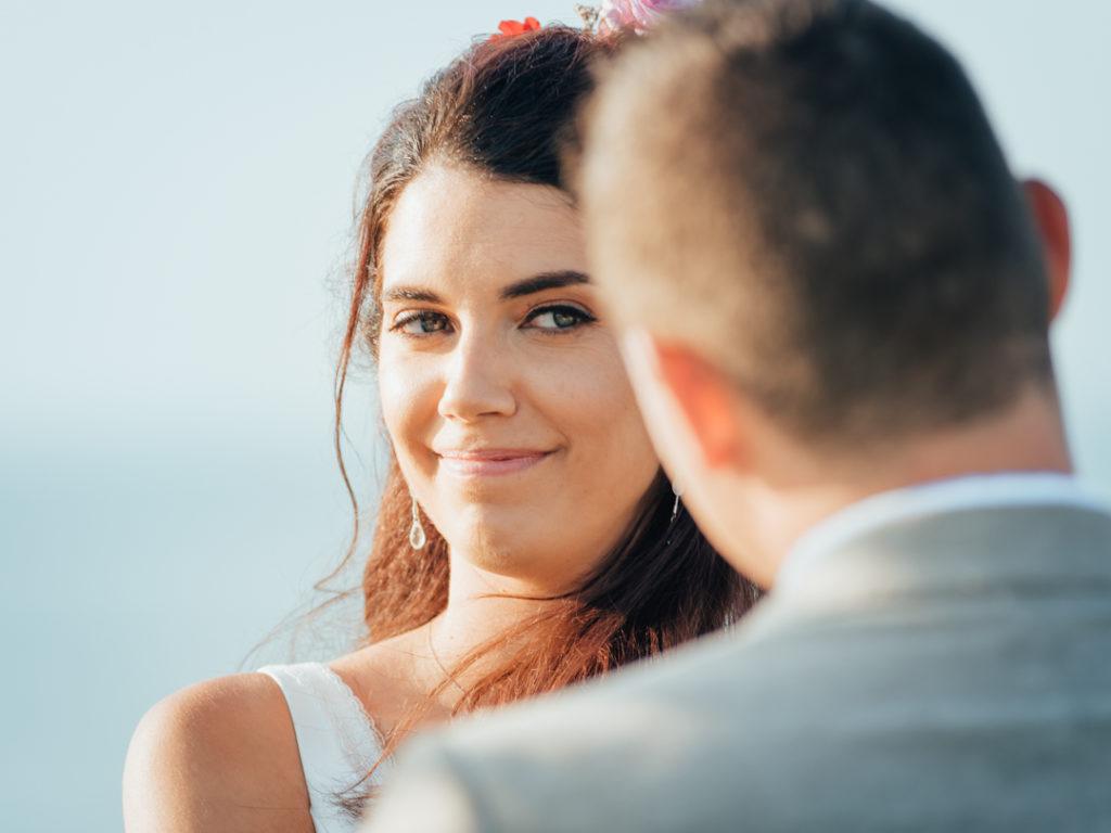 La mariee regarde son epoux