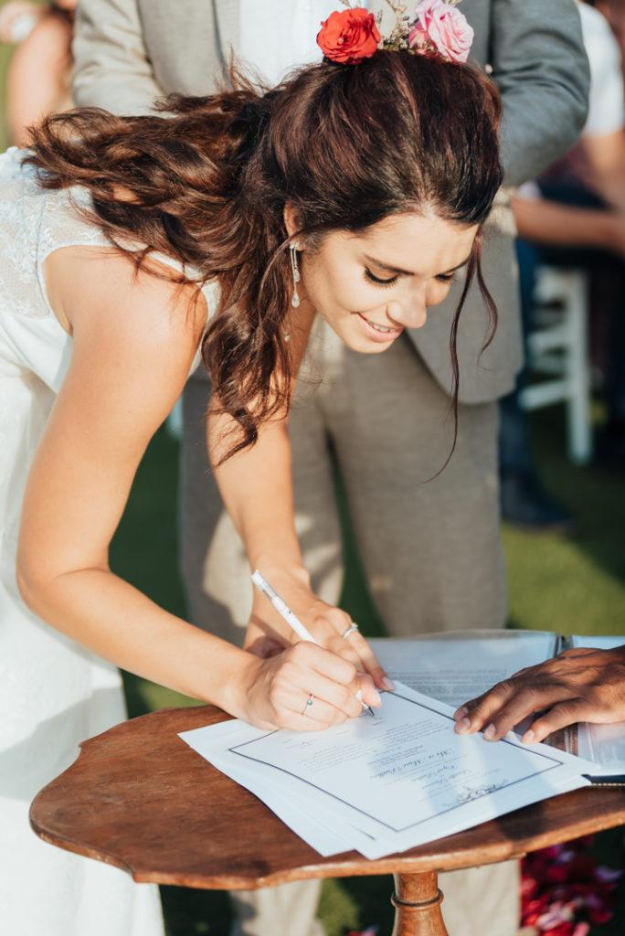 Signature du certificat de mariage par la mariee