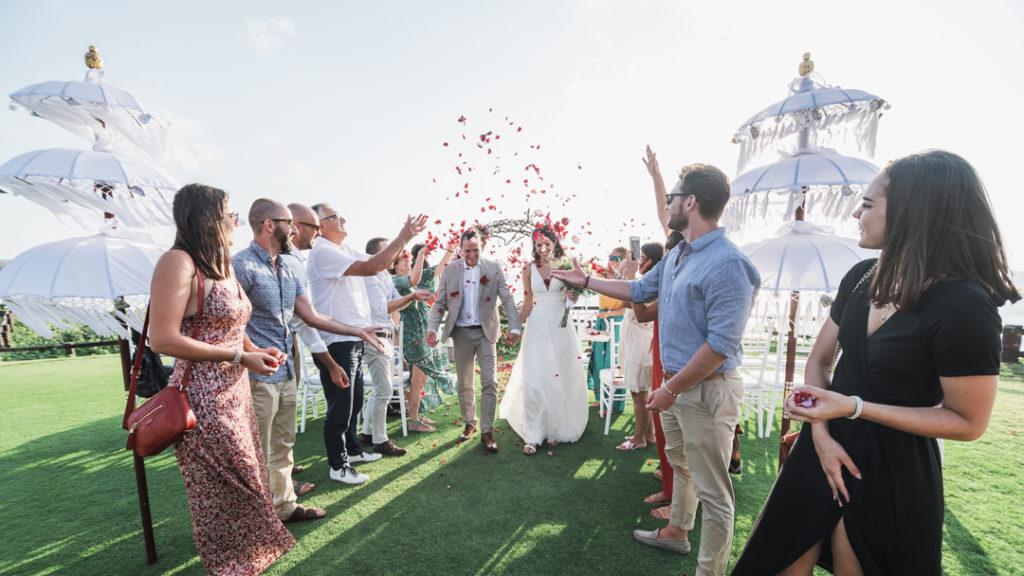 Pluie de petales a la fin de ceremonie a Bali