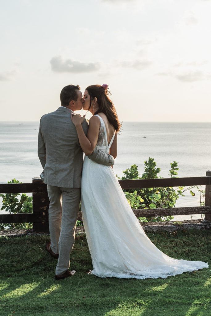 Baiser romantique sur les falaises de Bali