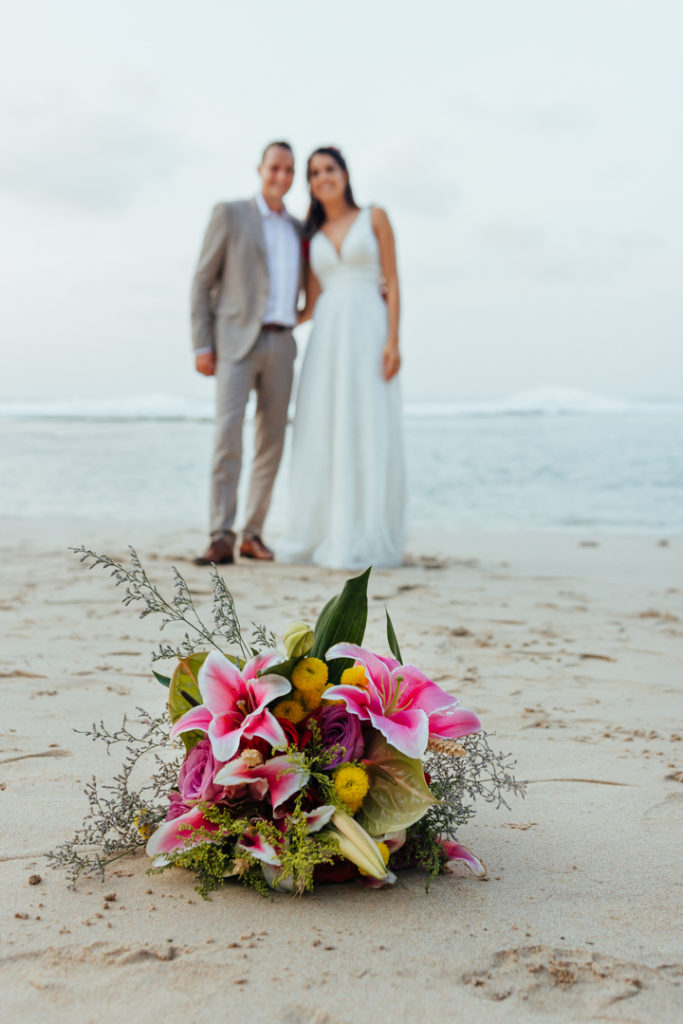 Les maries et le bouquet sur la plage de Bali