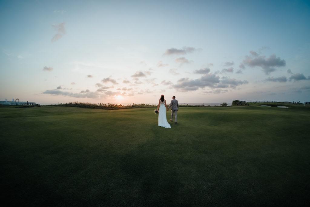 Les maries au coucher de soleil sur les falaises de Bali
