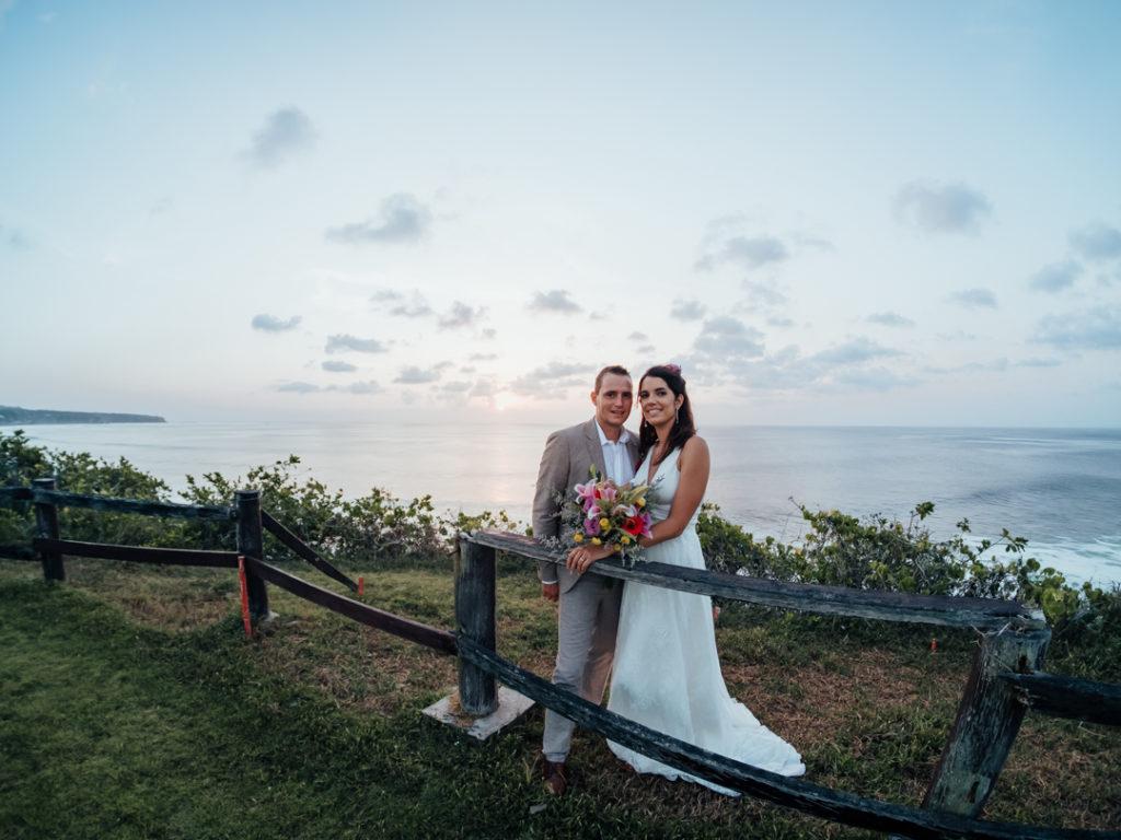 Les maries au coucher du soleil sur la falaise