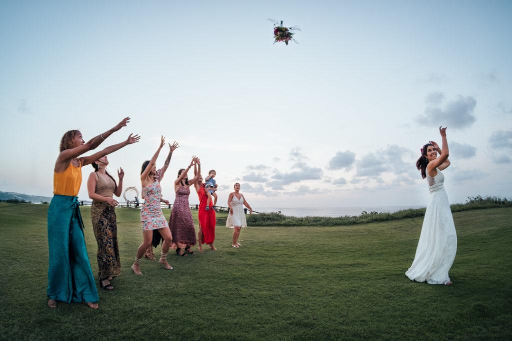 La mariee lance le bouquet aux celibataires